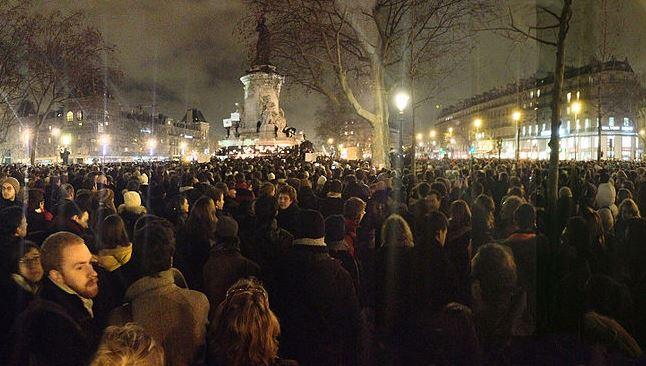 広場に集まる人々「私はシャルリー」