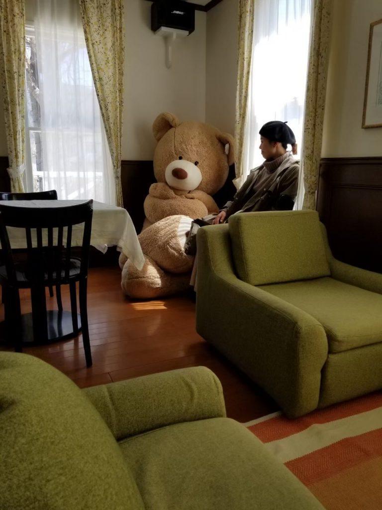 ウィークエンドシャッフルのリビング、 くつろぎのスペースには、大きな熊!