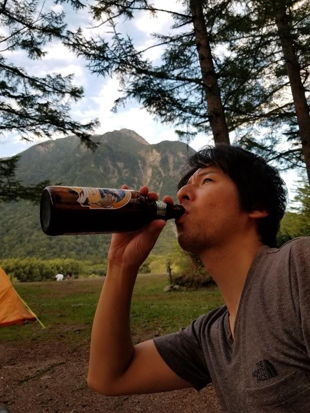 下山後キャンプのひと時で、上高地ビール