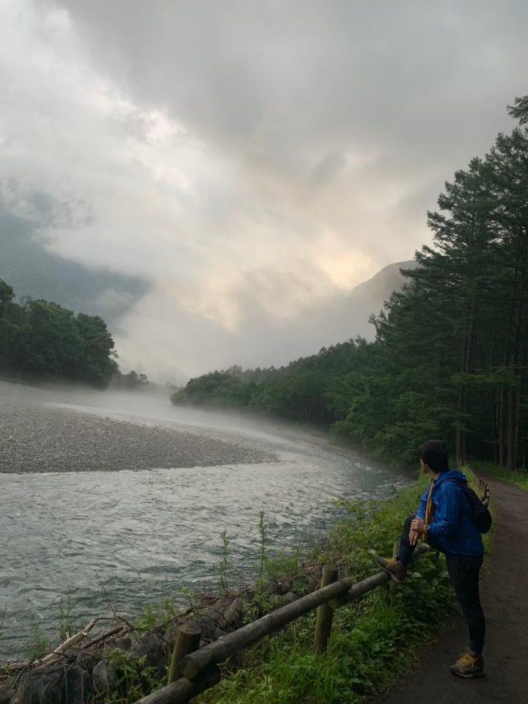 流れる梓川 朝靄が凄い