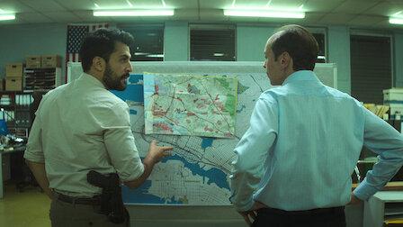 左:ロシャン・アミリ刑事 右:デルーカ刑事